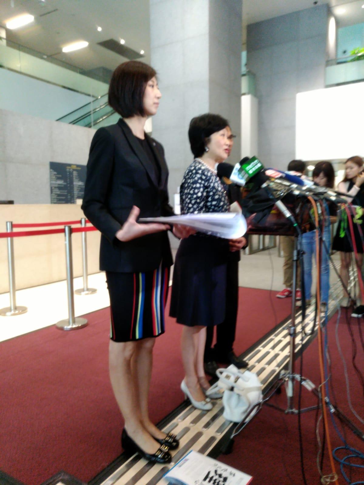 容海恩(左)與葉劉淑儀會見傳媒。