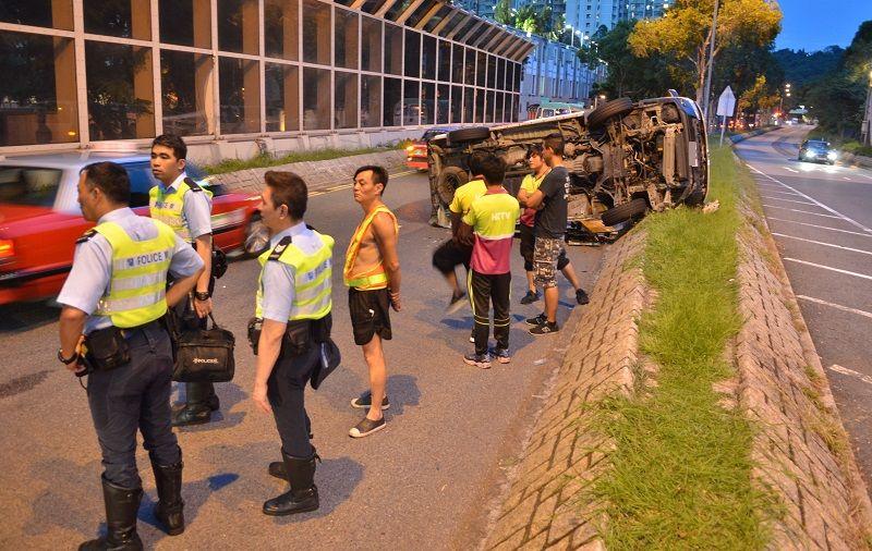 客貨車沿環保大道快線行駛期間,駛至昭信路附近時發生意外。林思明攝