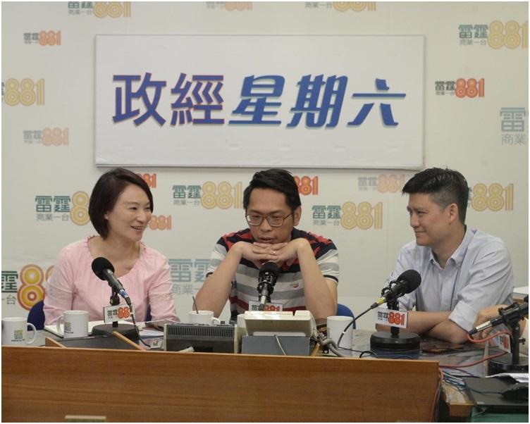 譚文豪(右)認為政府應立法規管房屋單位的最小面積。左起:李慧琼及陸頌雄。