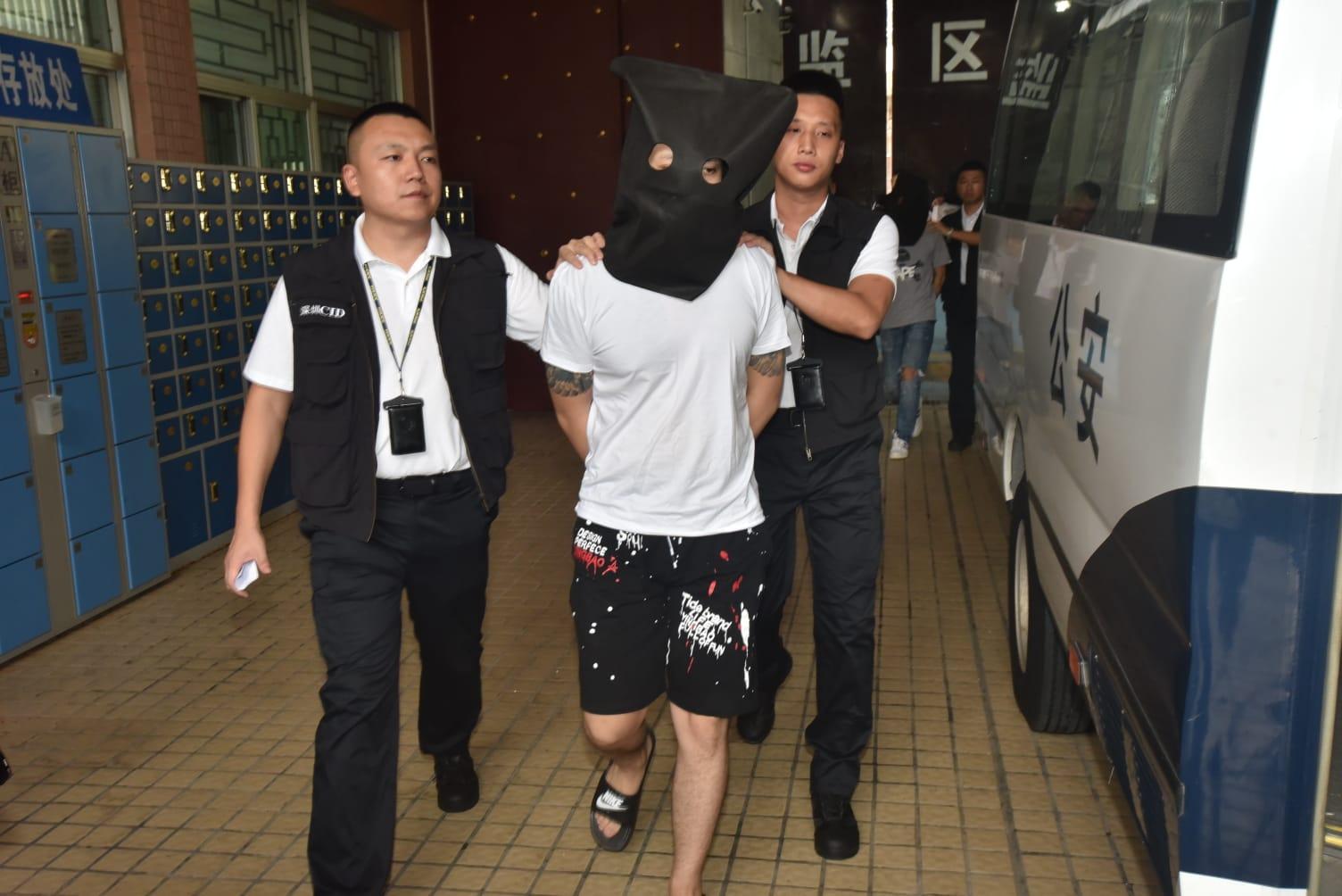 在內地落網的其中一名香港疑犯,由深圳公安準備移交香港警方。
