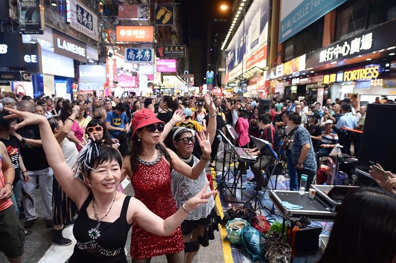 上周旺角行人專用區「殺街」最後一夜,各路人馬最後匯演,表演者及歌迷載歌載舞。資料圖片