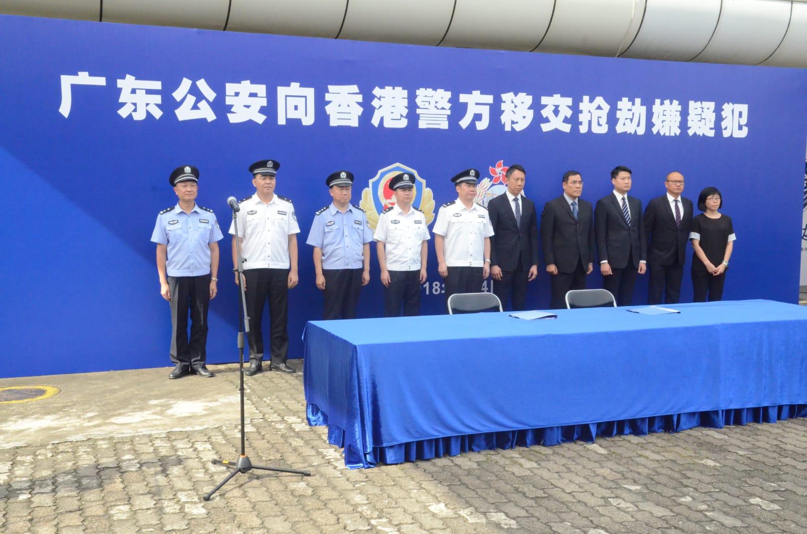 廣東及香港兩地警方下午4時在皇崗口岸進行疑犯移交儀式。