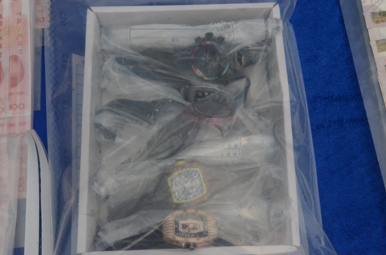 深圳公安將3名香港疑犯及檢獲的12隻金錶及174萬港元,及其他證物,如數移交香港警方。
