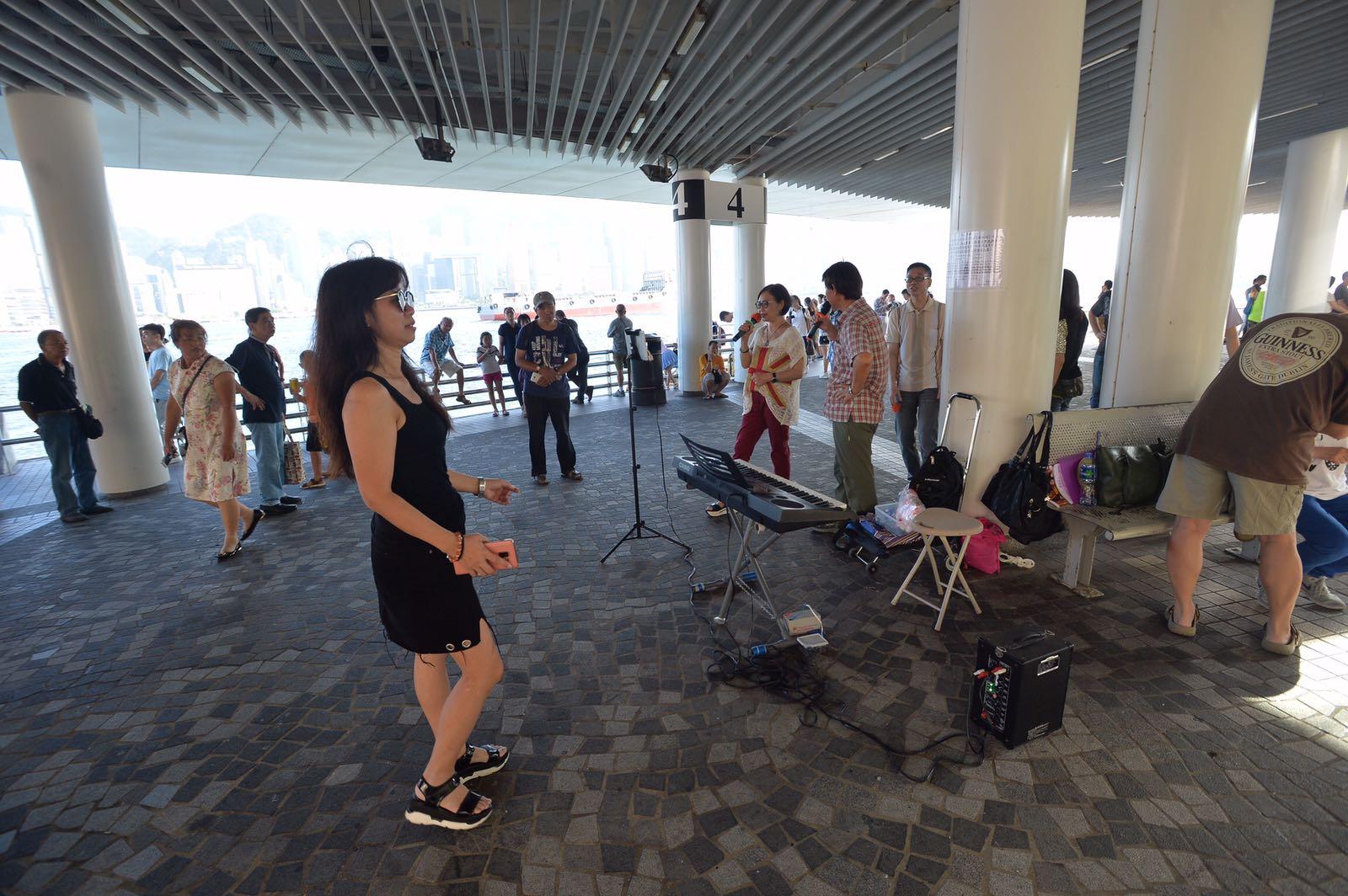 文化中心呼籲表演者請勿使用擴音裝置發出噪音及不能接受打賞。黃賢創攝