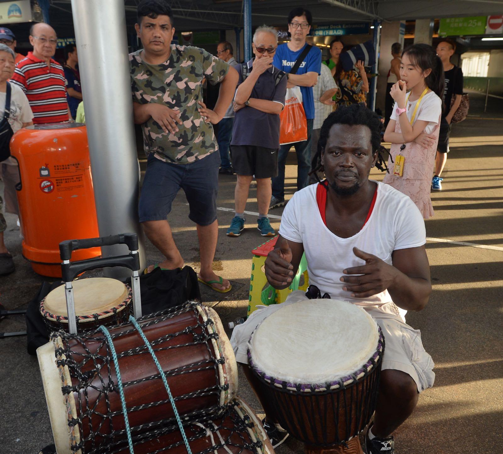 碼頭附近亦有一檔表演非洲鼓。黃賢創攝