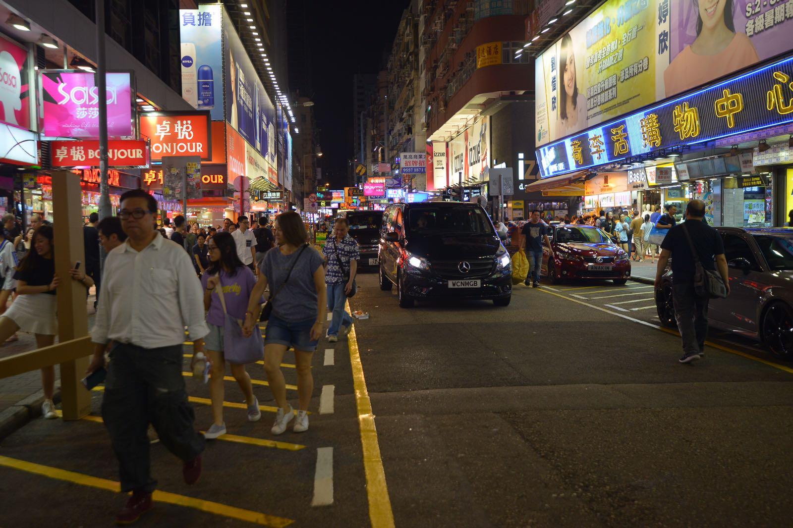 部分行人繼續在馬路上行走。梁譽東攝