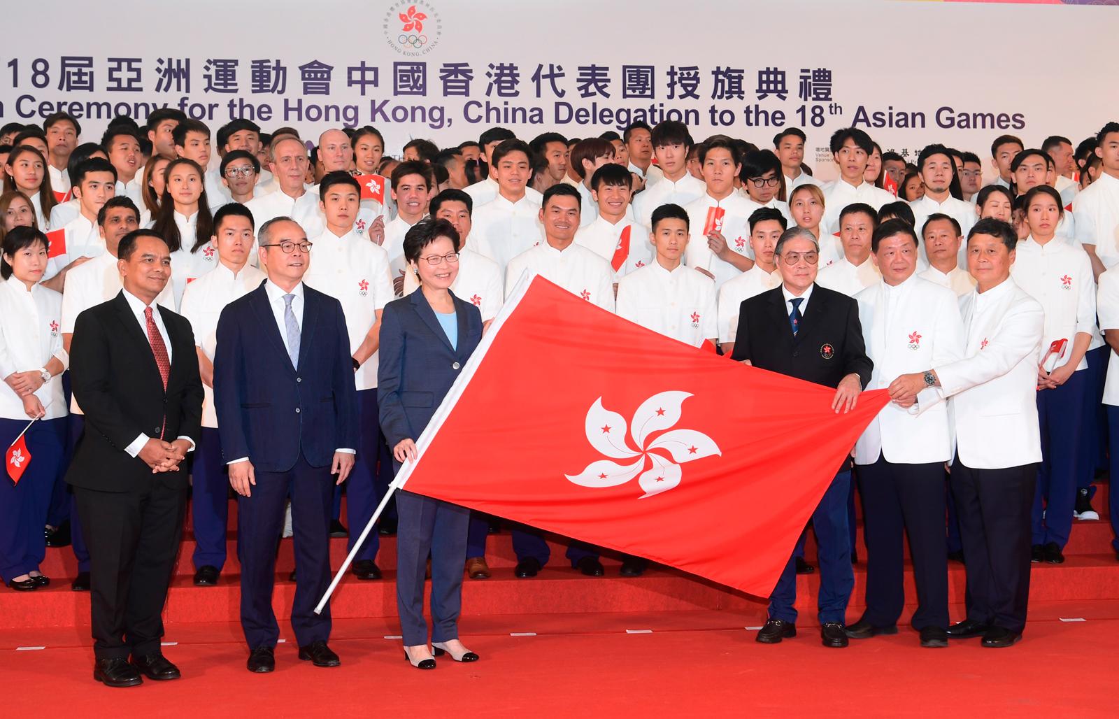 特首上周出席代表團授旗儀式。