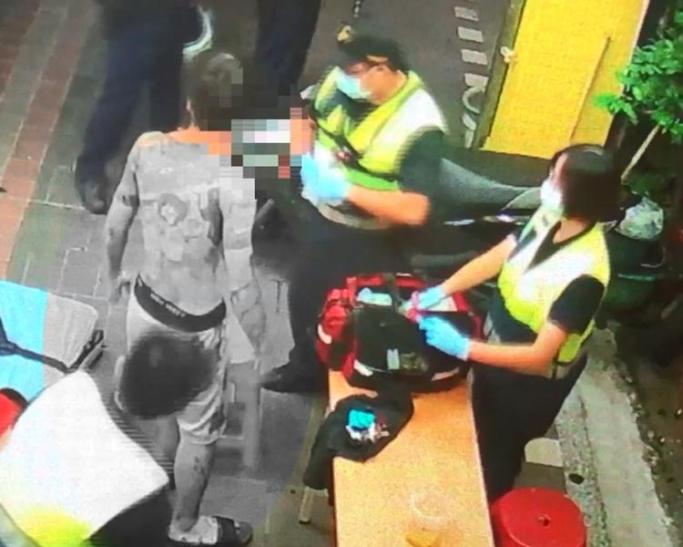 救護員為傷者急救。網圖