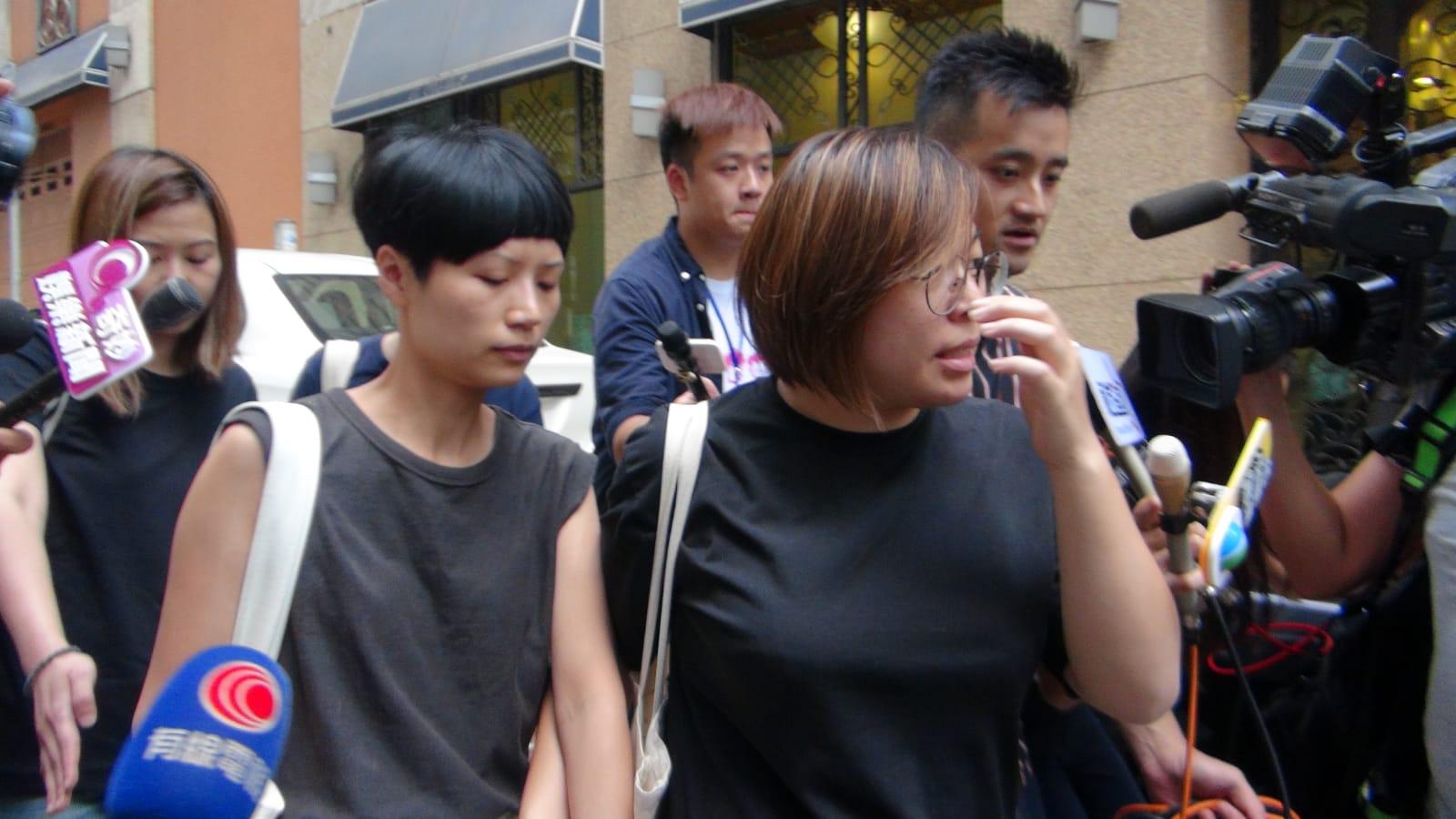 盧凱彤親友離開盧凱彤住所, 沒有回應記者提問。