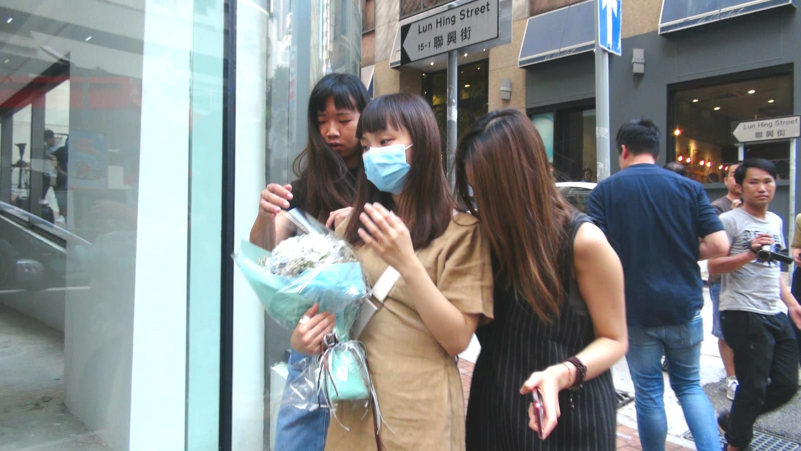 有歌迷送上鮮花悼念盧凱彤。