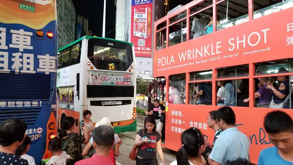 銅鑼灣有巴士相撞電車。網民Whchung Hong圖片