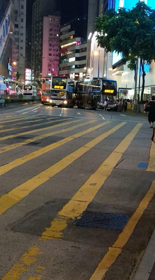 銅鑼灣有巴士相撞電車。網民Eden Soo圖片