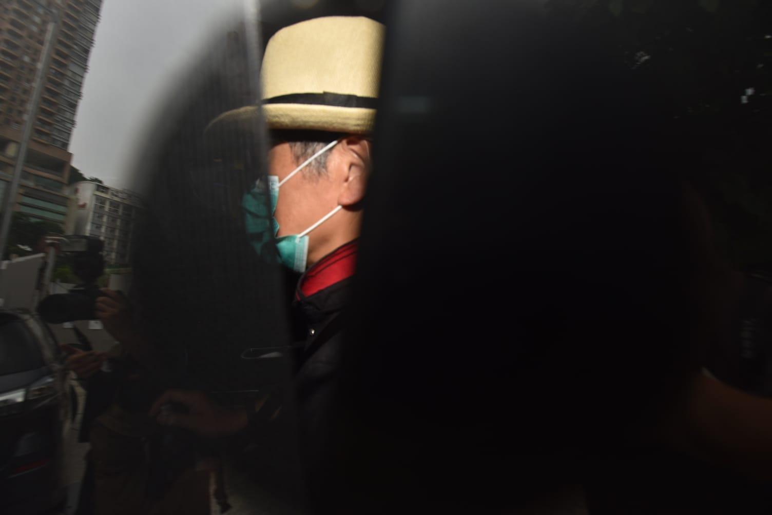 盧凱彤的父母戴上口罩