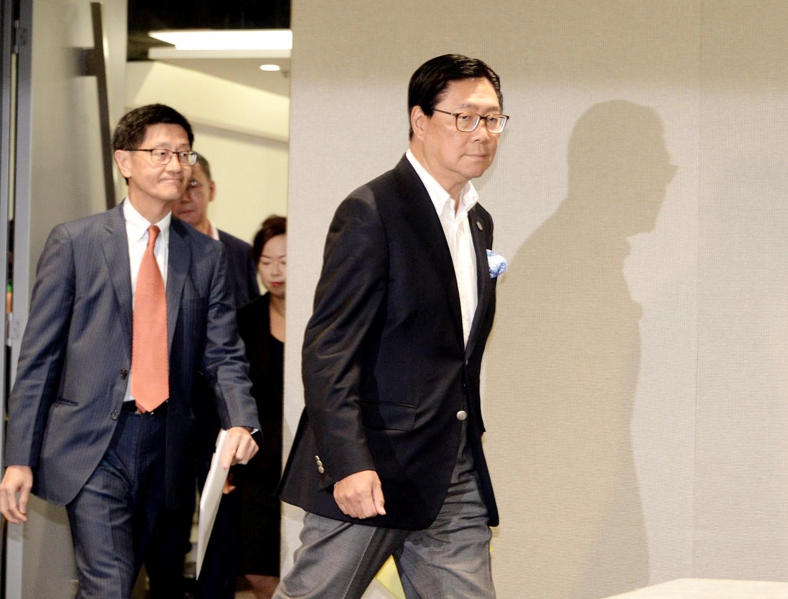 梁國權(左)及馬時亨出席記者會。