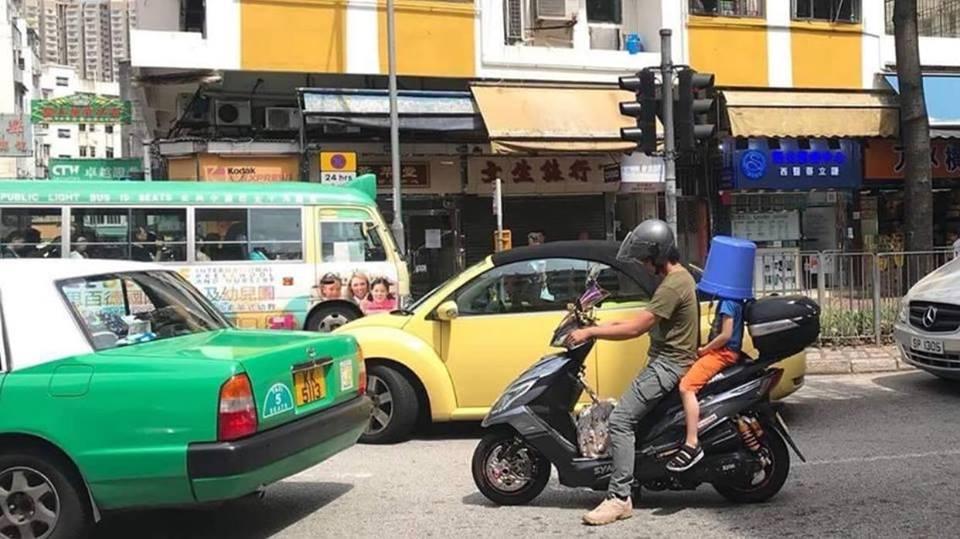 有網民在大埔發現,有電單車後座小童竟蓋上膠水桶,疑代替頭盔,引起熱議。fb群組「PLAY HARD 玩硬」