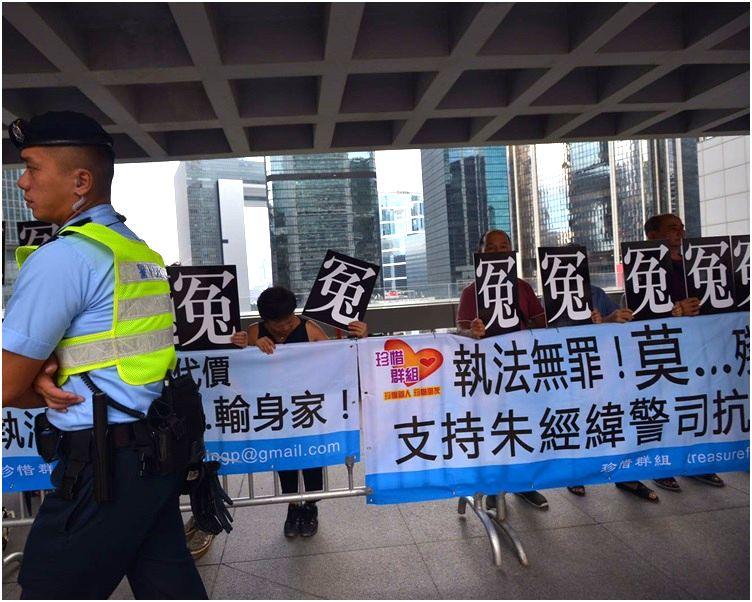 法庭外多個團體拉起橫額有支持朱經緯。