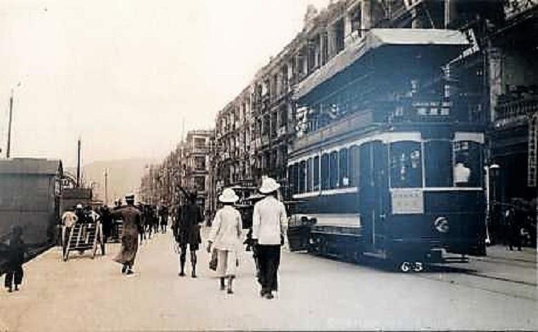 照片顯示1930年代香港第三代電車停靠在干諾道西。