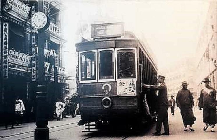 第一代電車在德輔道中停靠。