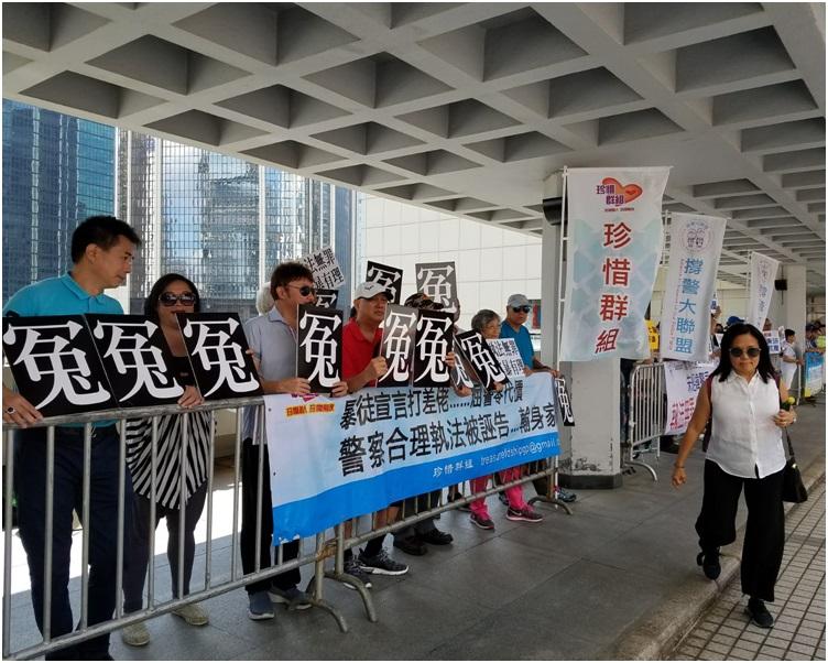 法庭外再分別有支持及聲討朱經緯的多個團體,拉起橫額及高叫口號。黃梓生攝