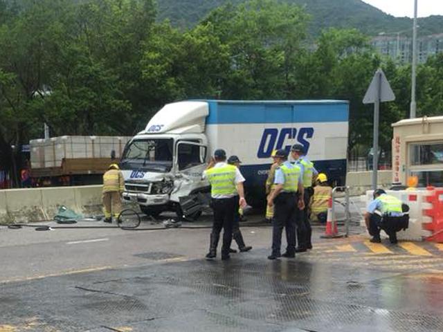 貨車車頭損毀較嚴重。 香港交通突發報料區FB/網民Wah Chung圖