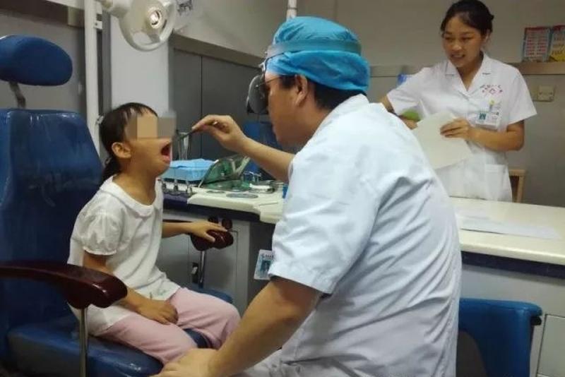 經醫生檢查及診斷,女童鼻腔內的腺樣體肥大,影響了面部的發育。(網圖)