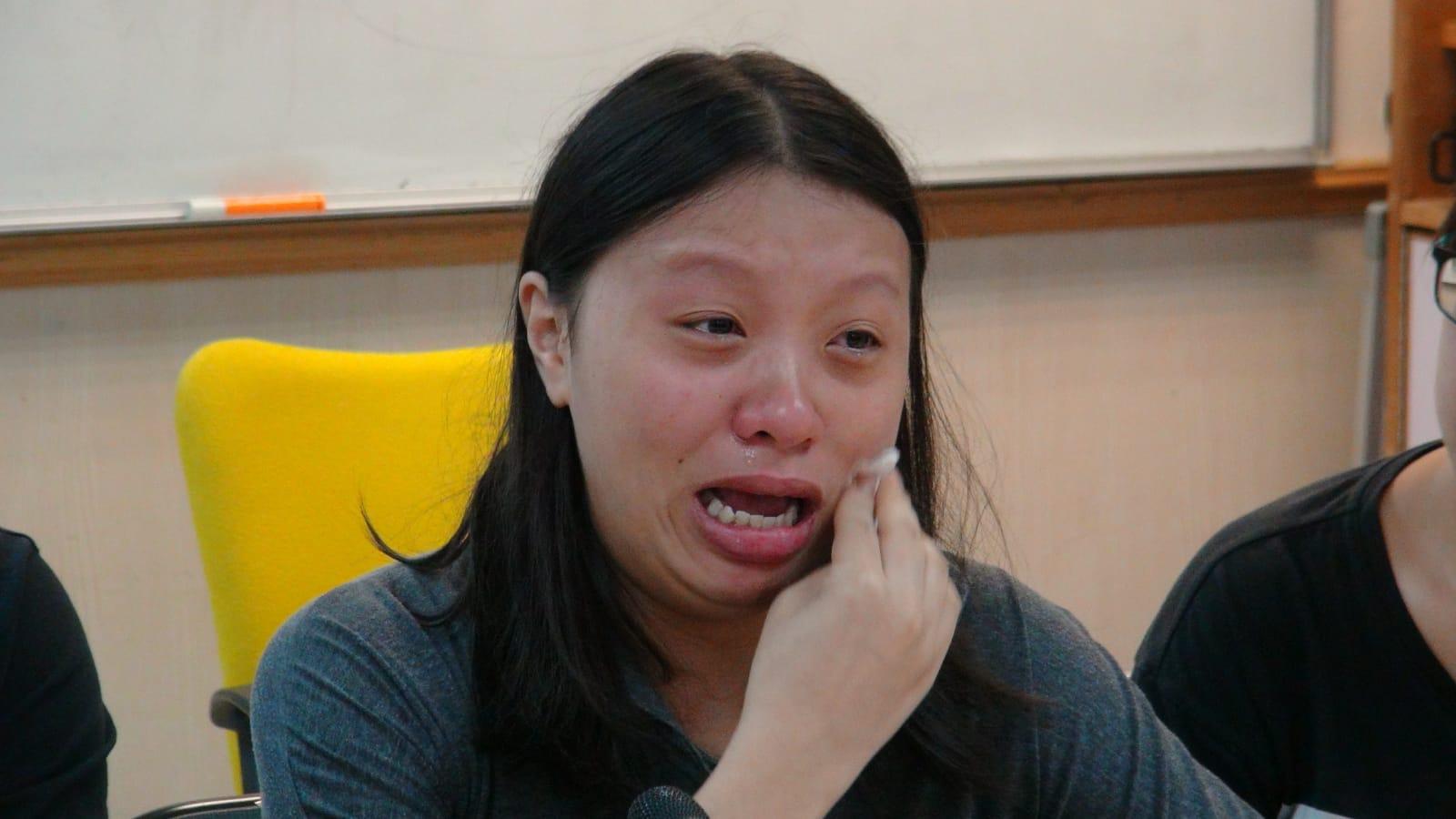 死者女兒哭至眼睛紅腫。