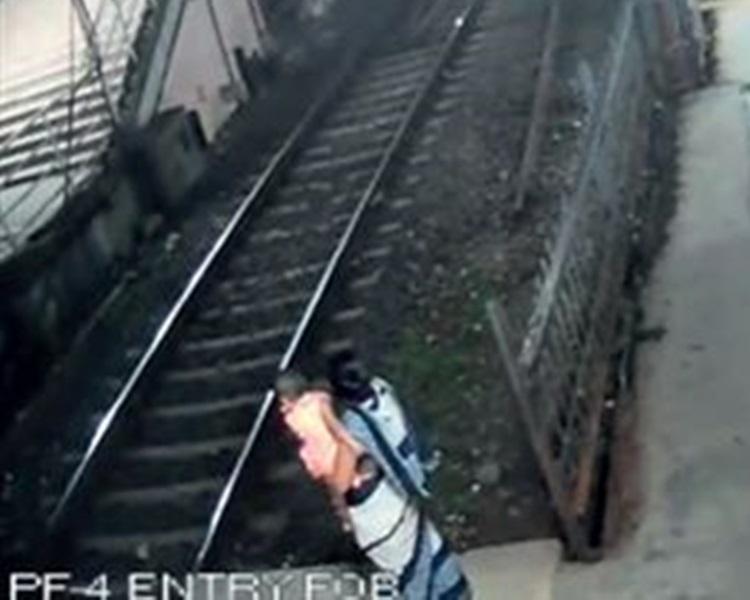 孟買少婦抱女兒跳軌自殺。網上圖片