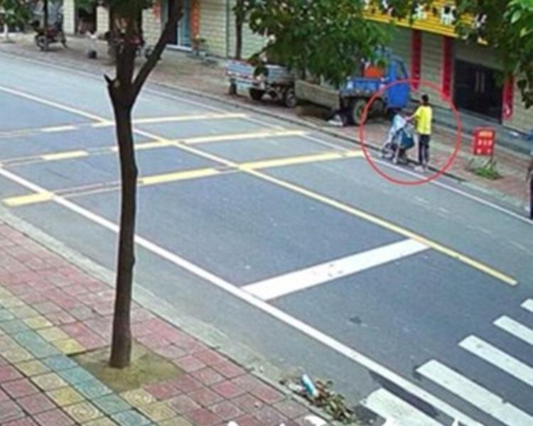 馬路旁行走飛來橫禍,大車胎擊斃七月大嬰兒。網上圖片