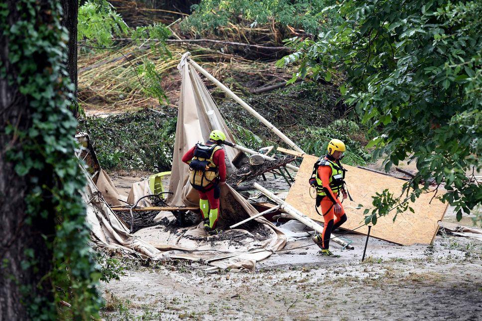 法國南部3個地區受暴雨侵襲,河水暴漲淹沒度假營地。