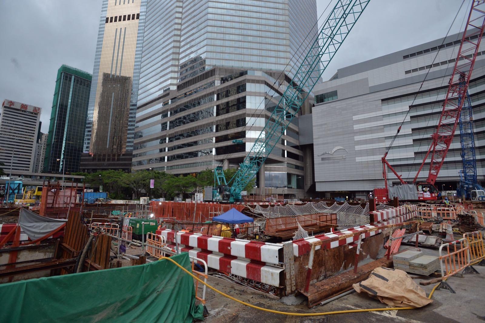 港鐵宣布暫停會展站相關所有挖掘工程。黃賢創攝