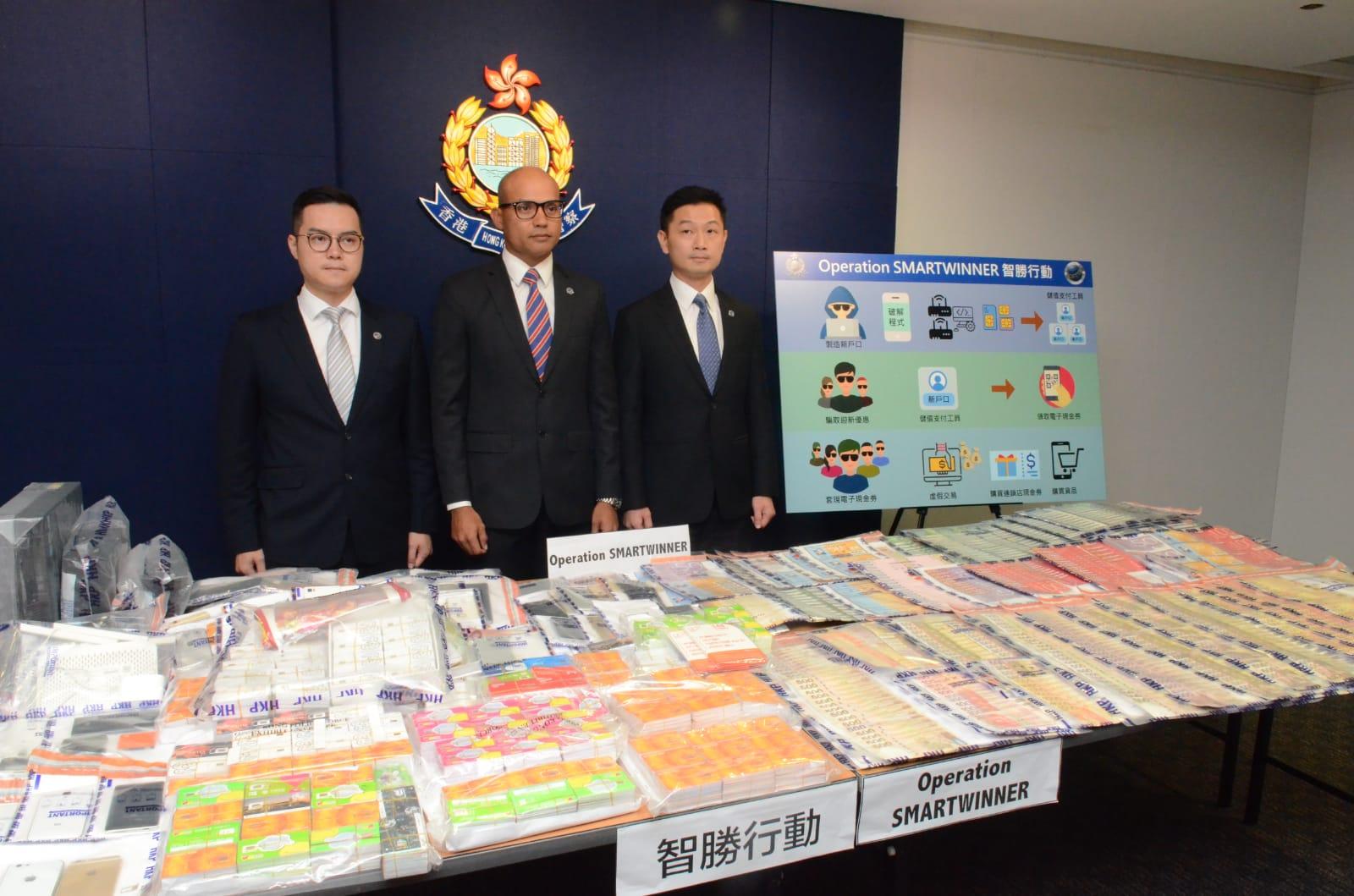 警方拘捕10男女,涉利用電話卡數據機「貓池」詐騙逾50萬元。