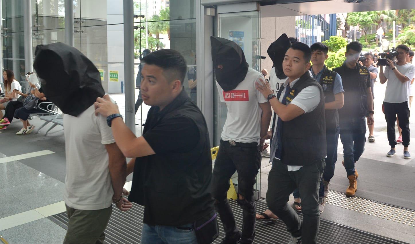 警方派卧底探員滲入荃灣區內一個賣淫集團,搜集證據,拘捕31名男女。林思明攝