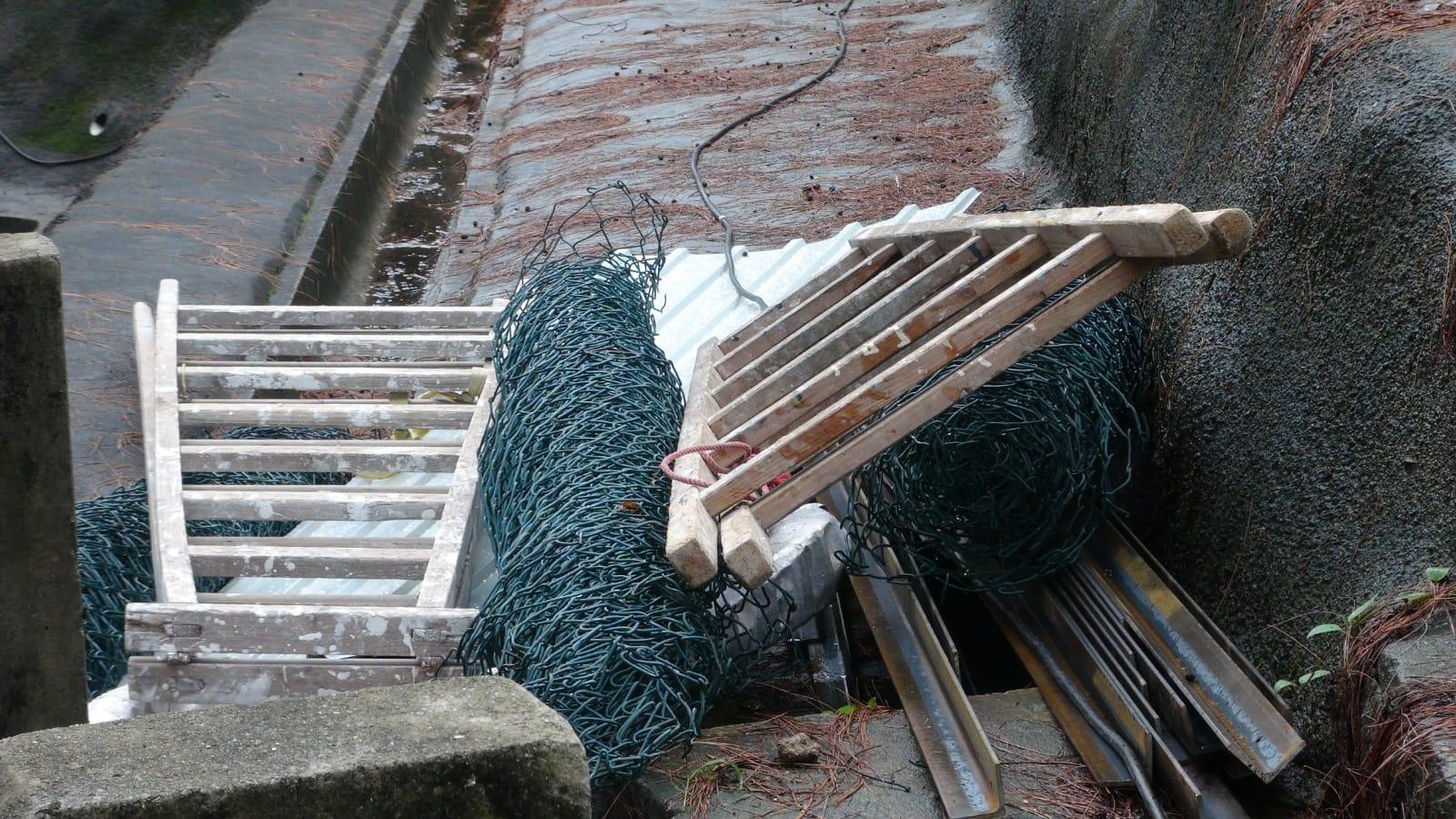 荔枝角收押所後山有大石滾下,撞毀圍網。林思明攝