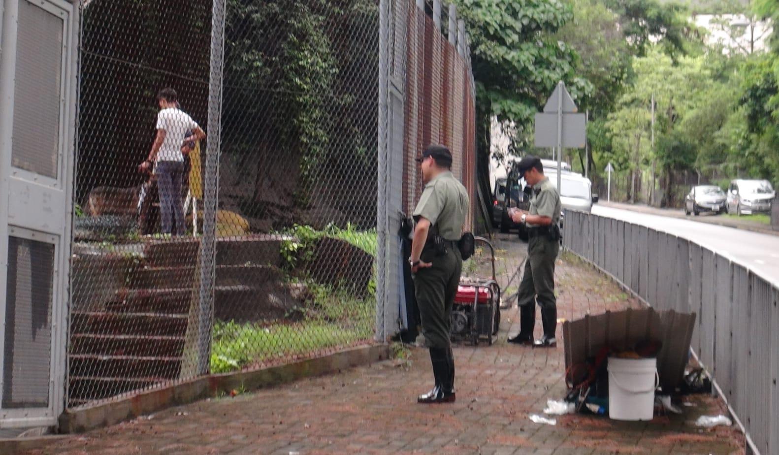 懲教署職員發現後,在場戒備。林思明攝