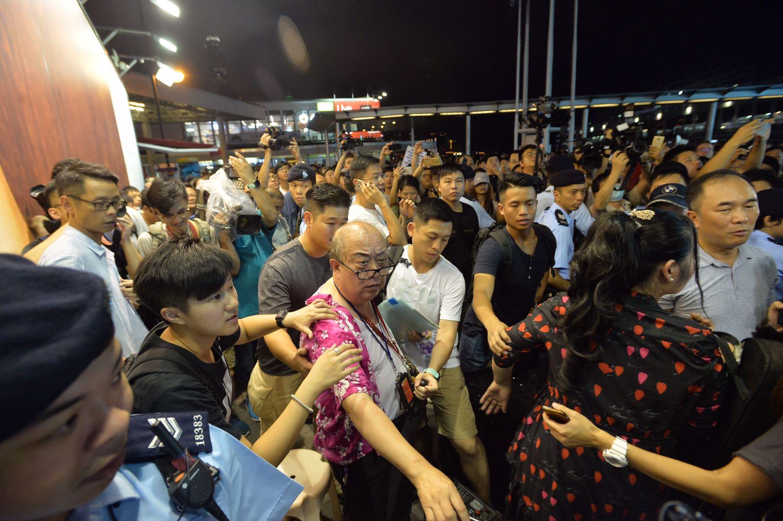 表演者與抗議人士不時對罵,現場一度混亂。黃賢創攝