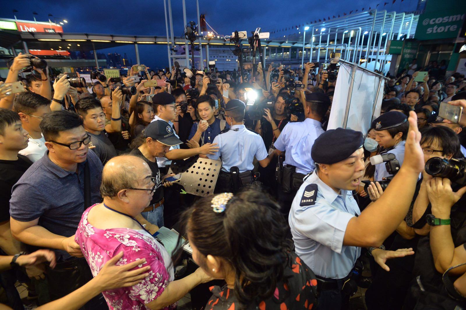 數十名警員到場,將兩批人士分隔。黃賢創攝