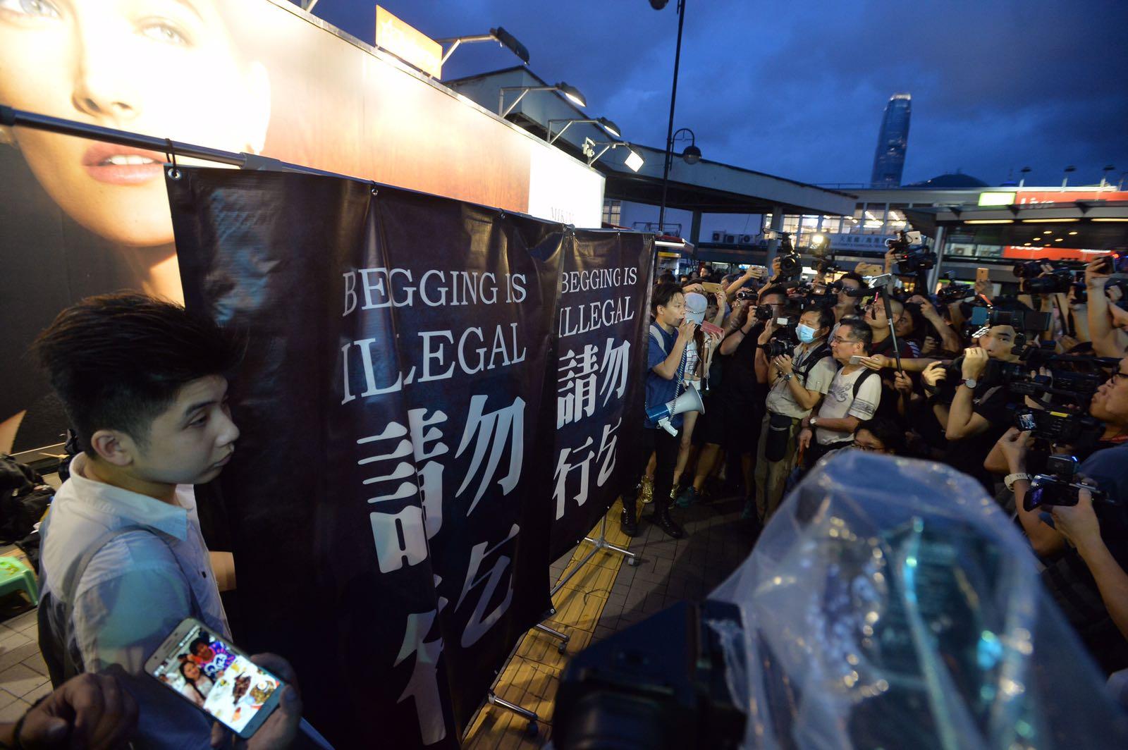 抗議者手持寫上「請勿行乞」的大型橫額。黃賢創攝