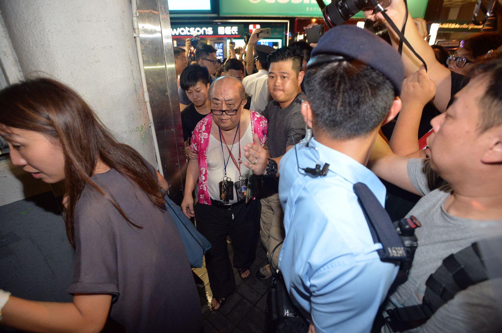 最少3名表演者被在場警員帶上警車離開。黃賢創攝