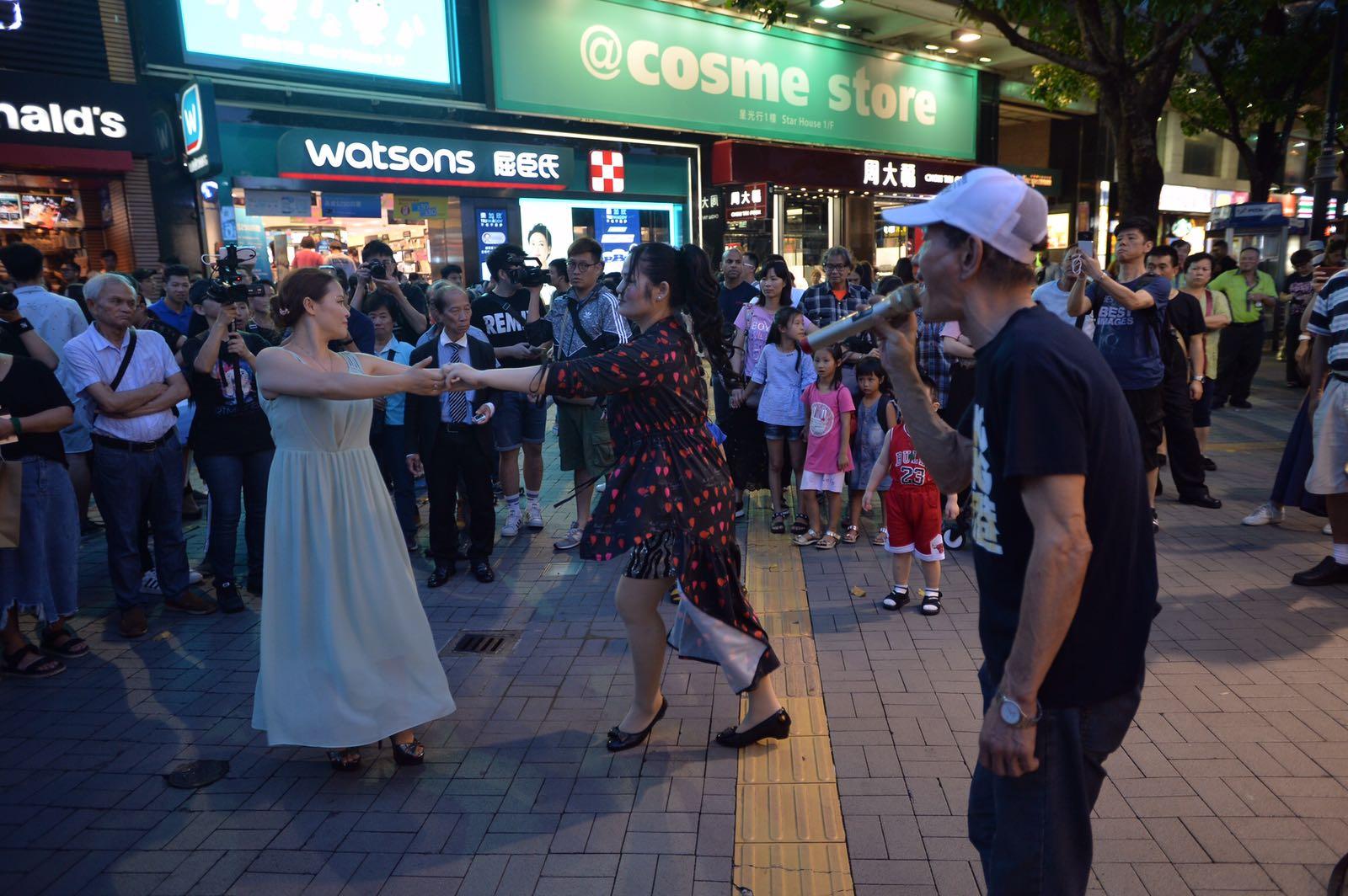 旺角行人專用區「殺街」後,部分表演者轉到尖沙嘴天星碼頭繼續表演。黃賢創攝