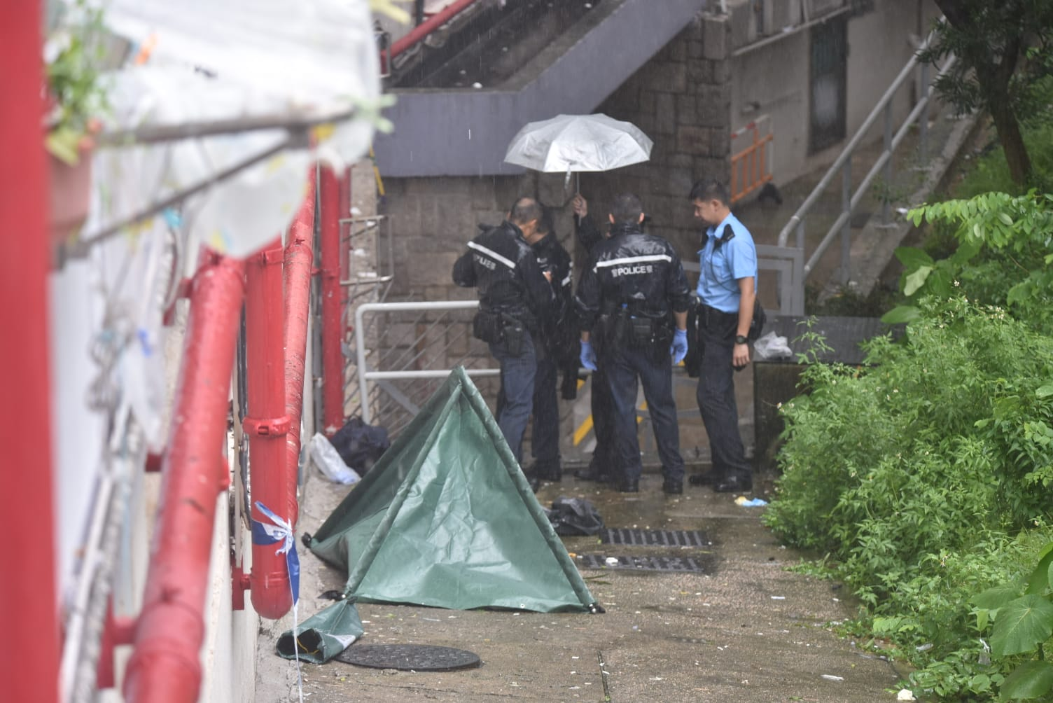 荔景邨樂景樓男子墮斃。