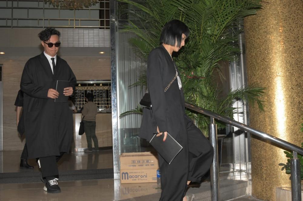 陳奕迅與太太致祭後離開。