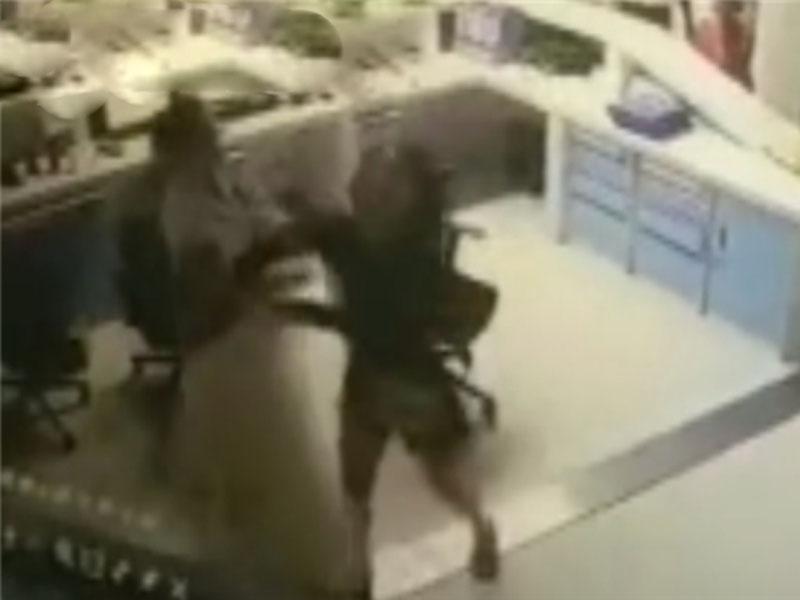 惡女打尖不成,衝入櫃台毆打醫護人員。(網圖)