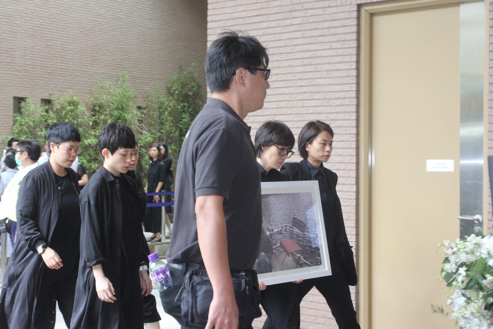 盧凱彤(Ellen)於本月5日在跑馬地寓所墮斃,終年32歲。今早在香港殯儀館出殯,白色靈柩上放置了木結他,運入佈滿白蘭花的靈車內;消瘦的遺孀余靜萍捧著Ellen遺照,坐在靈車內,旁邊有林二汶和助手Jelly陪伴,齊到達歌連臣角火葬場。 靈車駛離殯儀館時大批人上前影相令場面混亂,獲警員、便衣警員連保安逾10人幫忙開路,擾攘數分鐘靈車才開出;殯儀館外的天穚上有數十位歌迷目送靈車。約11時半,神情悲傷的余靜萍捧著遺照下車,在親友及林二汶陪同下步入禮堂,何韻詩、林嘉欣在場幫忙打點及等待靈柩運抵。Ellen父母、黃