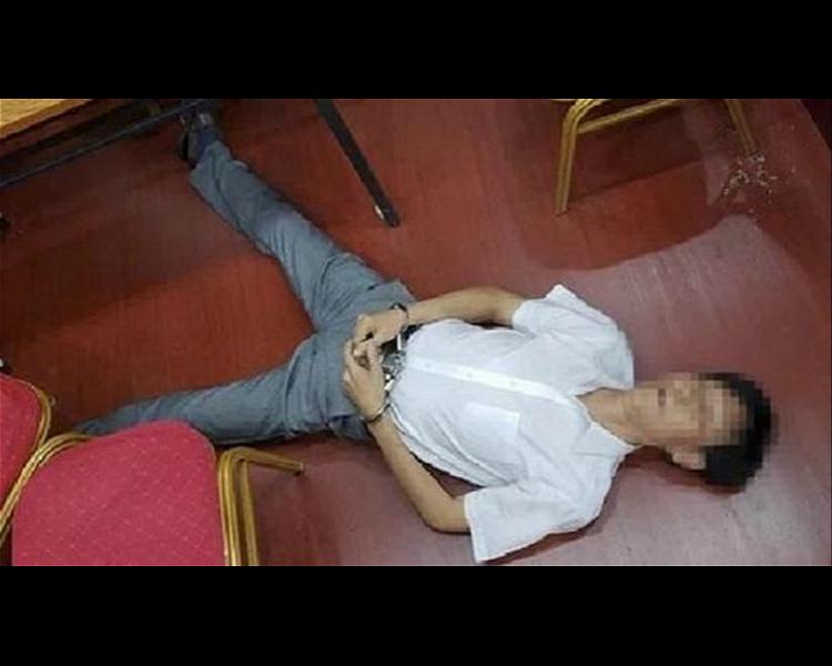 何男聽到要被拘留後立刻暈倒地上昏迷不醒。網圖