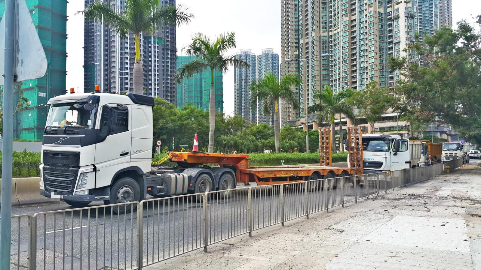 將軍澳環保大道貨櫃拖架與泥頭車相撞。