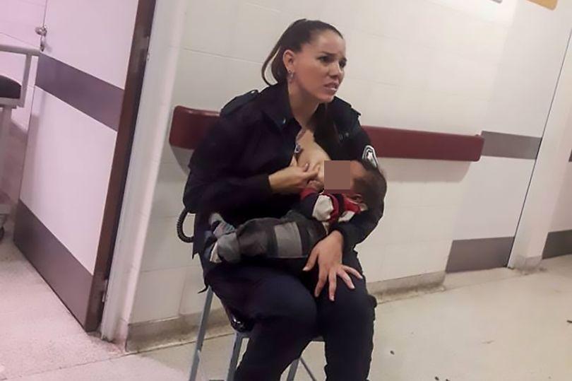 阿根廷一名女警在醫院當值期間,眼見一名營養不良的骯髒男嬰哭個不停,便給男嬰餵哺母乳。網圖