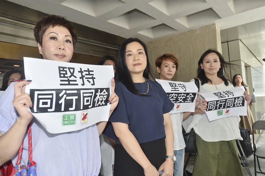 香港空勤人員總工會主席黎玉嬋(前排左一)和職工盟主席吳敏兒(前排左二)早前到庭旁聽。資料圖片