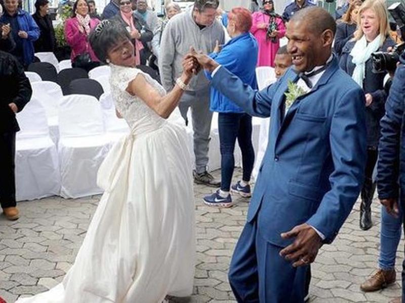 南非一對露宿情侶相戀30年,最近在善心人幫助下,得以穿上禮服及婚紗,共諧連理。(網圖)