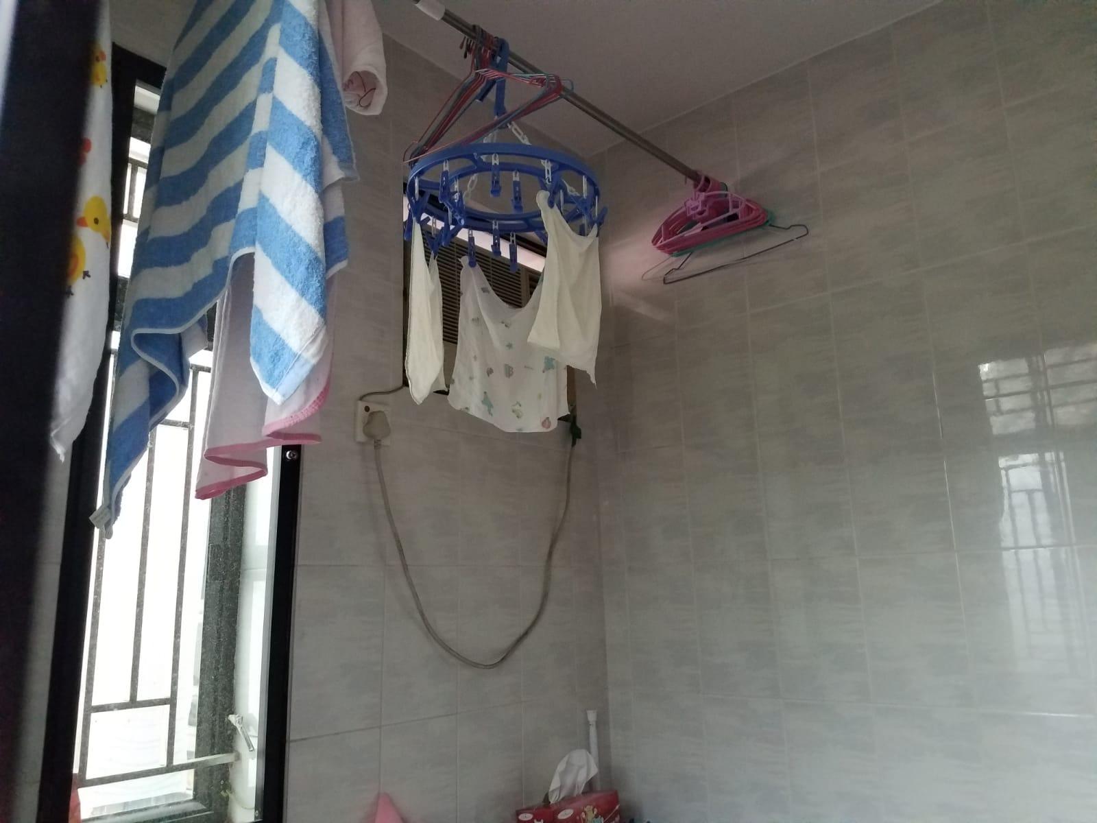 屋內晾曬著嬰兒用紗巾。