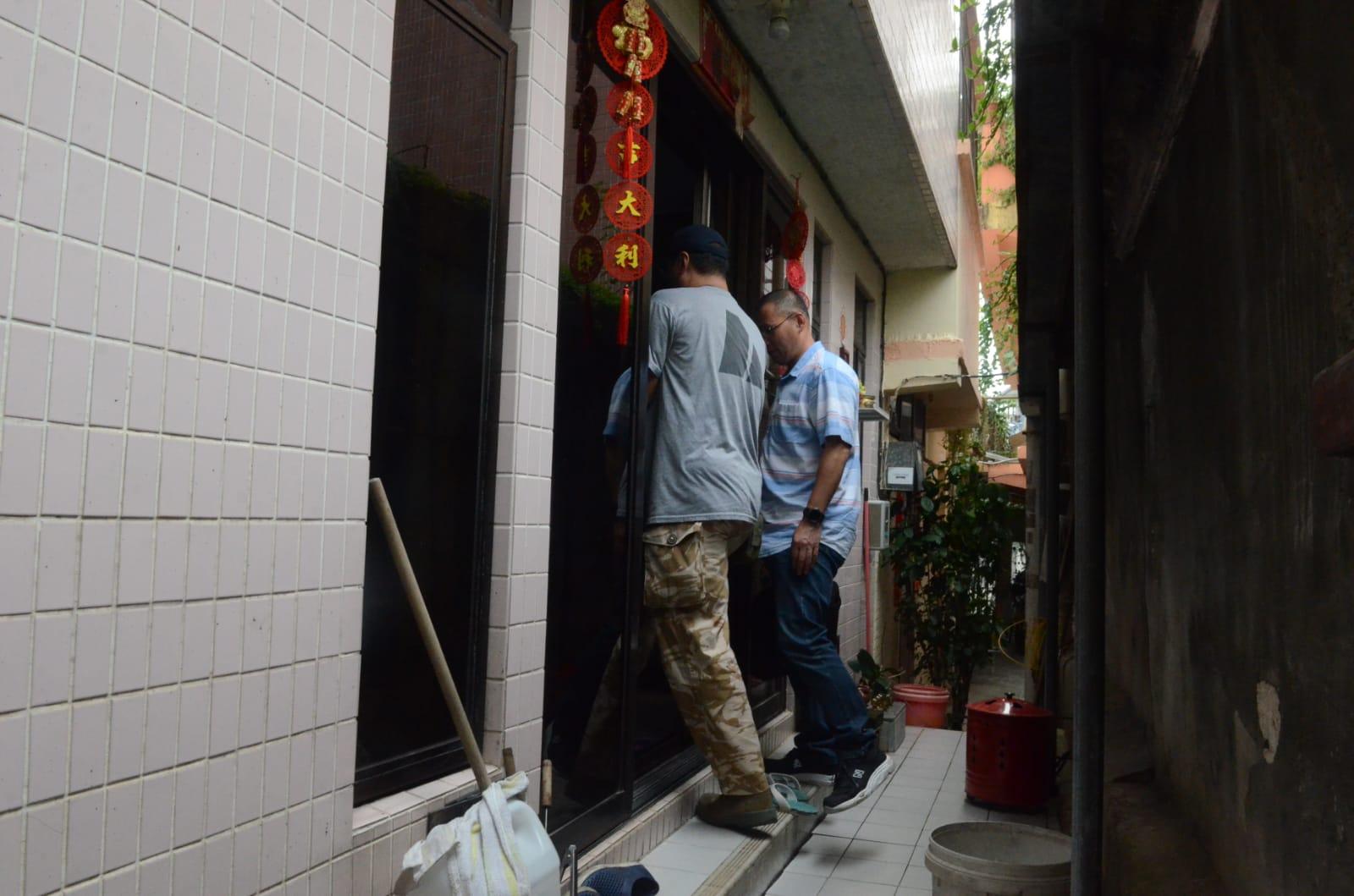 警方派探員回現場查問街坊。